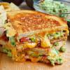 Жареный сендвич с беконом и соусом гуакамоле